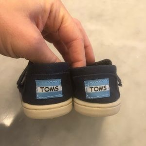 Toms baby boy shoes size 4
